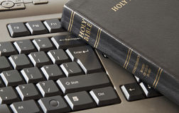 A Bíblia santamente e teclado Foto de Stock Royalty Free