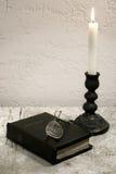 A Bíblia santamente na mesa Foto de Stock Royalty Free