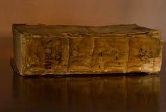 A Bíblia santamente velha, circa 1500, na tabela Foto de Stock