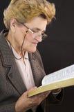 A Bíblia superior do azevinho da leitura da mulher Fotografia de Stock