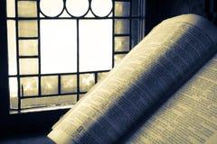 A Bíblia velha iluminou-se pela luz solar fotos de stock royalty free