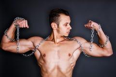 Bíceps con las cadenas Imagenes de archivo
