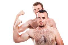 Bíceps descamisado da mostra dos homens Fotos de Stock