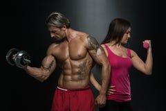 Bíceps do exercício dos pares da aptidão foto de stock royalty free