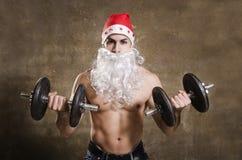 Bíceps fuerte del entrenamiento de Santa Claus Imagen de archivo libre de regalías