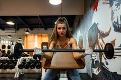 Bíceps 'sexy' novo dos trens da mulher no gym moderno imagens de stock royalty free