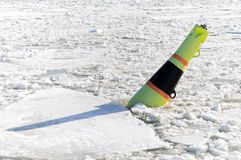 Bóia preta e amarela no mar Báltico congelado Imagem de Stock Royalty Free