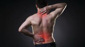 Ból pleców, mężczyzna z backache na czarnym tle zbiory wideo