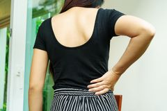 Ból pleców w domu kobiety cierpią od backache Opieka zdrowotna i Medyczny pojęcie fotografia royalty free