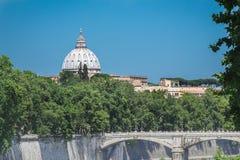 Bóveda arquitectónica de la obra maestra de Roma que sube sobre la calle del verano con el puente del río de Tíber Imagenes de archivo