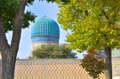 Bóveda clásica de la mezquita del Uzbek en un marco de árboles imagen de archivo libre de regalías