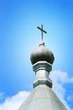 Bóveda con una cruz en el fondo de los cielos nublados Imagen de archivo libre de regalías