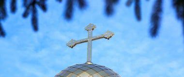 Bóveda de la capilla con una cruz en fondo del cielo imagenes de archivo