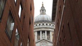 Bóveda de la catedral entre los edificios de ladrillo modernos metrajes
