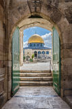Bóveda de la roca según lo visto a través del algodón Merchant' puerta de s en Jerusalén Israel Fotografía de archivo libre de regalías