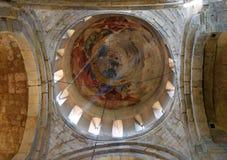 Bóveda de piedra con los fragmentos del viejo fresco Dentro de la catedral de Svetitskhoveli en Mtskheta, Georgia Fotografía de archivo libre de regalías