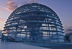Bóveda de Reichstag en la puesta del sol fotografía de archivo libre de regalías
