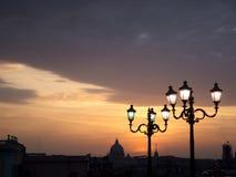 Bóveda de San Pedro en la puesta del sol con las lámparas de calle Fotografía de archivo libre de regalías