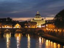 Bóveda de San Pedro en Vatican, noche Imagenes de archivo