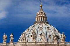 Bóveda de San Pedro entre las nubes en Roma foto de archivo