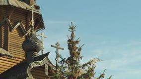 Bóveda del monasterio con las cruces y las tallas decorativas de madera, Ucrania del este Tiro medio Top de abeto lleno de conos  metrajes