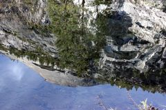 Bóveda del norte y reflexión adyacente de los picos en el lago mirror Imagenes de archivo