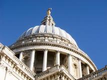 Bóveda del santo Pauls Cathedral, Londres con un cielo azul. Fotografía de archivo