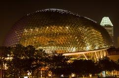 Bóveda moderna de la arquitectura de Asia del teatro de la ópera en la noche iluminada bien imagenes de archivo