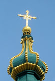 Bóveda ortodoxa de la iglesia cristiana con la cruz de oro Imagenes de archivo