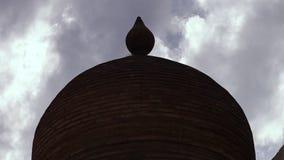 Bóveda sombreada con las nubes en fondo metrajes