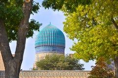 Bóveda tradicional del uzbek enmarcada por los árboles del otoño imágenes de archivo libres de regalías