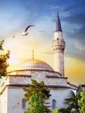 Bóveda y chapitel de la mezquita en la puesta del sol Fotos de archivo libres de regalías