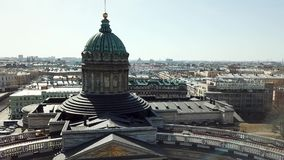 Bóveda y columnas de la catedral de Kazán en St Petersburg Rusia E almacen de video
