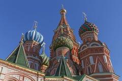 Bóvedas de la catedral de la albahaca del santo en Moscú imagenes de archivo