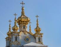 Bóvedas de la iglesia del palalce magnífico en Peterhof Rusia Imágenes de archivo libres de regalías