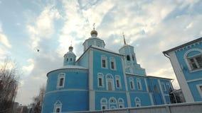Bóvedas de la iglesia ortodoxa en fondo del cielo azul Catedral de Smolensk, Belgorod, Rusia almacen de video