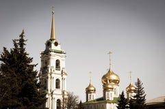 Bóvedas de oro de Christian Cathedral y del chapitel dorado del campanario fotos de archivo libres de regalías
