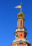 Bóvedas de oro de la capilla en el cielo azul Fotos de archivo