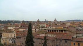 Bóvedas de templos y de tejados de edificios en Roma almacen de metraje de vídeo