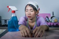 Bóvedas de trabajo bastante con exceso de trabajo y frustradas jovenes asiáticas bastante con exceso de trabajo y frustradas jove Foto de archivo