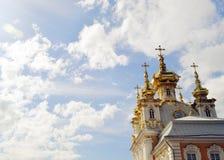 Bóvedas del oro de la iglesia en fondo del cielo Imagen de archivo libre de regalías