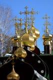 Bóvedas doradas con las cruces de Christian Church ortodoxo ruso de madera de San Nicolás en el monasterio de Ganina Yama Fotografía de archivo