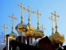 Bóvedas doradas con las cruces de Christian Church ortodoxo ruso de madera de San Nicolás en el monasterio de Ganina Yama Imagen de archivo