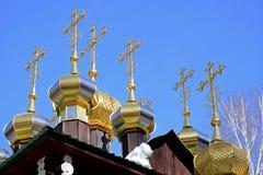 Bóvedas doradas con las cruces de Christian Church ortodoxo ruso de madera de San Nicolás en el monasterio de Ganina Yama Fotografía de archivo libre de regalías