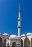 Bóvedas y alminar azules de la mezquita Foto de archivo