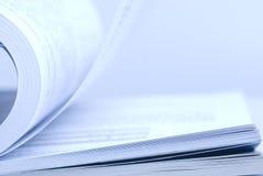 böcker öppnar Arkivfoto