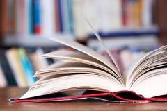 böcker öppnar Arkivbilder
