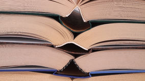 böcker öppnar stapeln Arkivbilder
