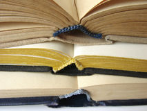 böcker 1 öppnar Arkivfoto