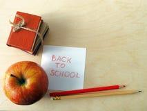 Böcker, Apple och blyertspennor tillbaka skola till Arkivfoto